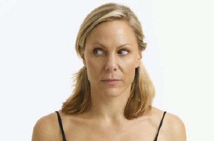 תרגילים לחיזוק העיניים: אישה מסתכלת לצד
