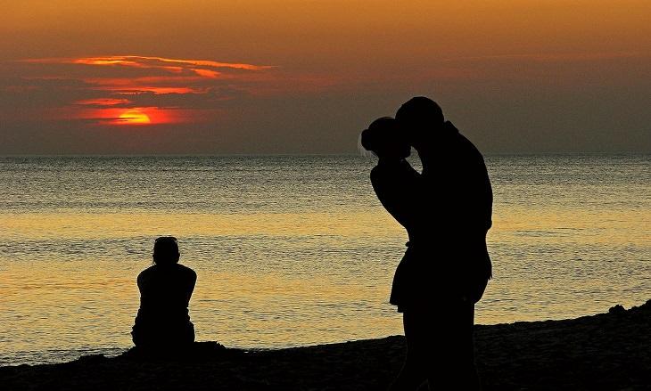 סימנים לזוגיות יציבה וחזקה: זוג על חוף הים לאור שקיעה