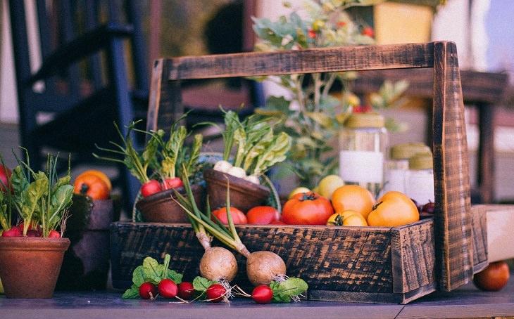 טיפים לבחירת פירות וירקות טריים: סלסלת ירקות