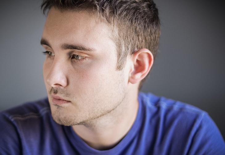 עצות שעוזרות להפסיק לקחת דברים באופן אישי: גבר מביט הצידה