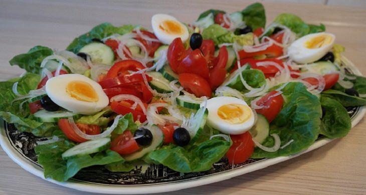מחקר מצא שבריא להוסיף ביצה לסלט