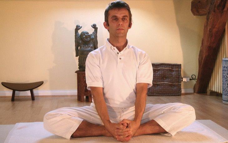 פתרונות טבעיים להקלה על אסתמה: אדם יושב בתנוחת הפרפר