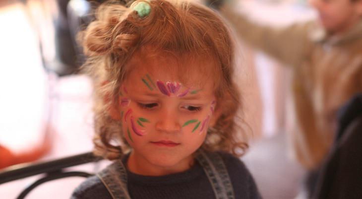 ילדה עם איפור על הפנים
