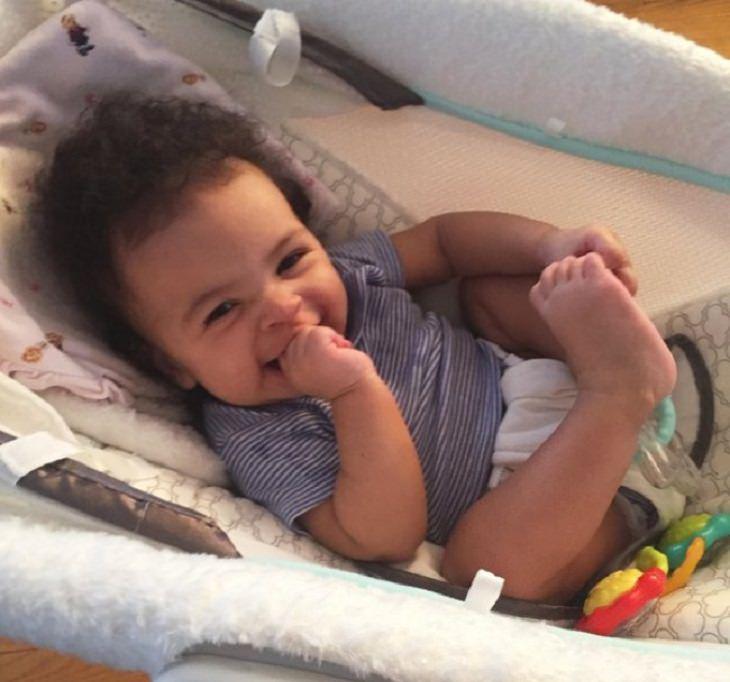 חיוכים ראשונים של תינוקות