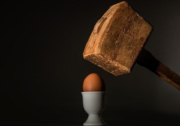 התמודדות עם כעס: פטיש מאיים להכות על ביצה