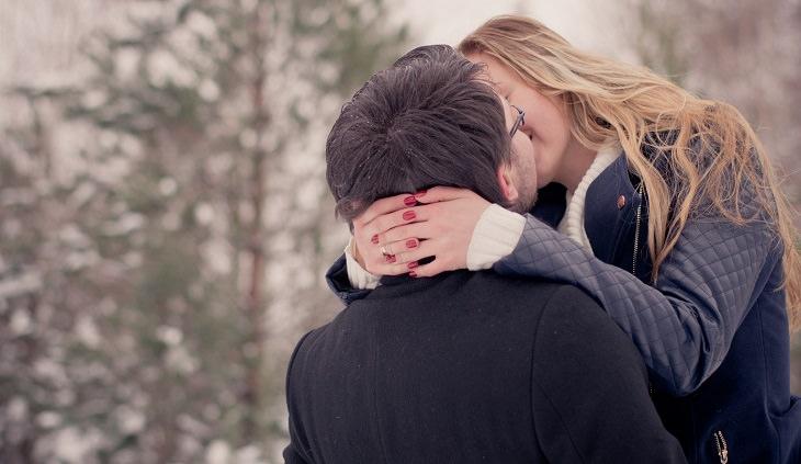 סודות של זוגות מאושרים: אישה וגבר מתנשקים ברחוב
