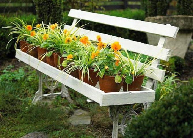 עיצובים לגינה: ספסל גינה עם מתקן להחזקת עציצים