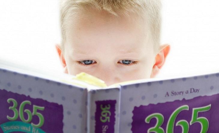 ילד קורא מתוך ספר