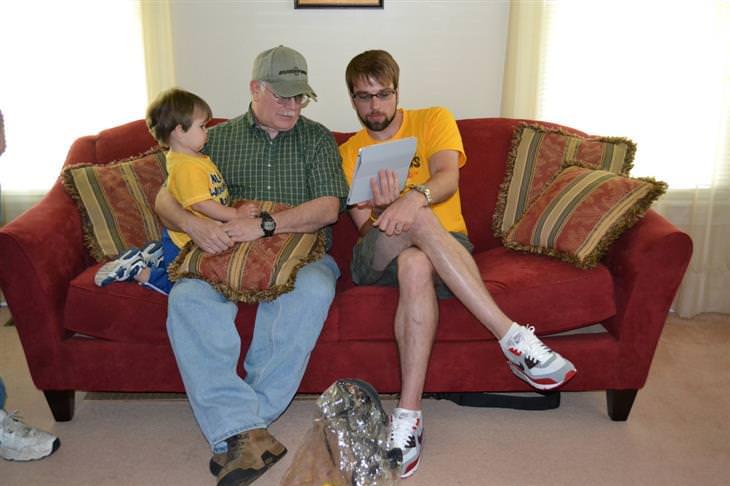 איך לשמור על יחסים עם ילדיכם שעזבו את הבית: אב יושב עם בנו הבוגר וילדו הצעיר