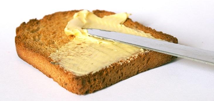 טיפים לחיים קלים במטבח: מריחת חמאה על לחם