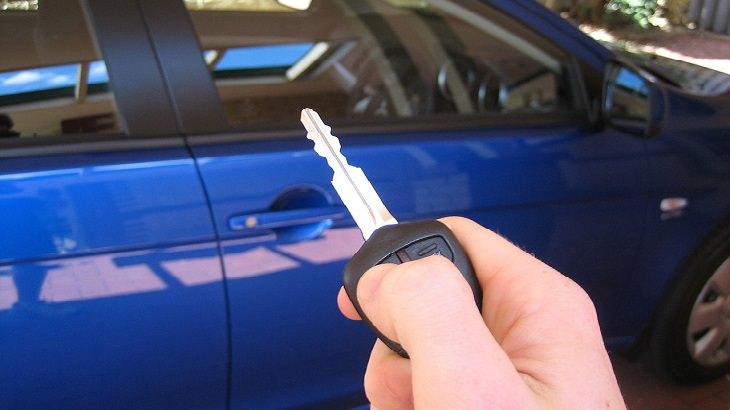 מפתח על רקע מכונית חדשה