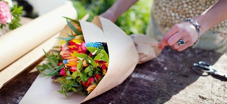 תמונה של הכנת זר פרחים