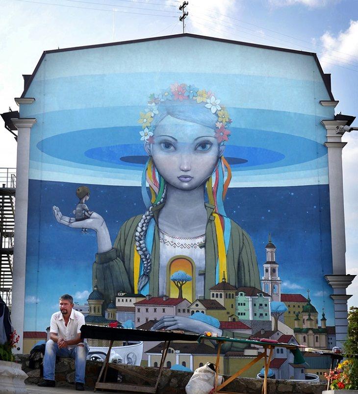 מבנה עם ציור קיר של אישה