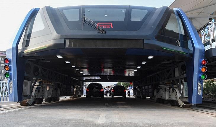 מכוניות עוברות תחת האוטובוס החדשני