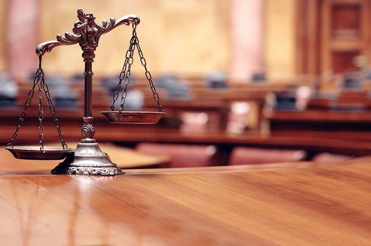 כל מה שצריך לדעת על הכנת צוואה: מאזניים כשברקע אולם בית משפט