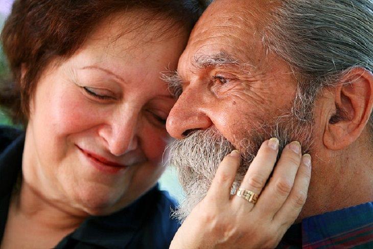 כל מה שצריך לדעת על הכנת צוואה: זוג מבוגרים נשוי, מחייך ונשען אחד על השנייה