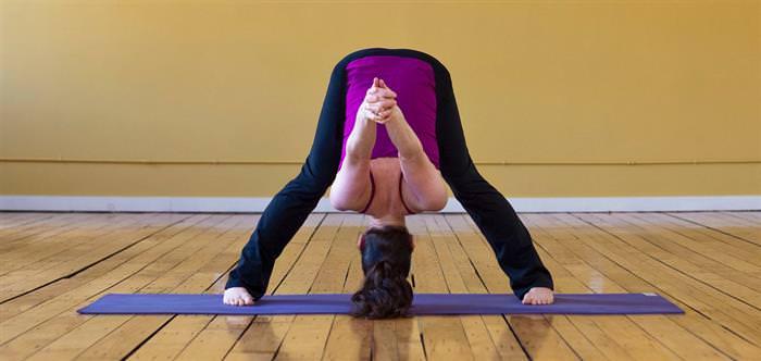 מתיחות יוגה לטיפול בכאבי גב