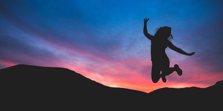 צללית של אישה קופצת