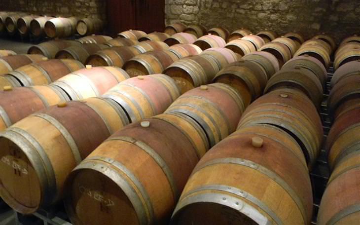 מרתף יין מלא בחביות