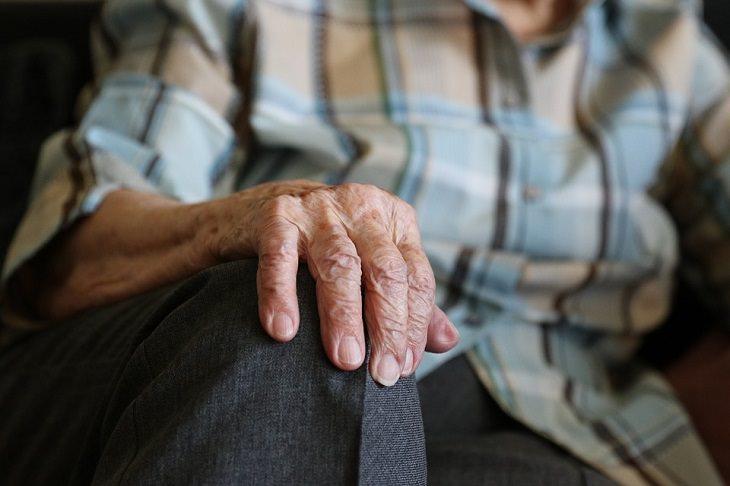 דרכים להעלים כתמי גיל: יד של אדם מבוגר