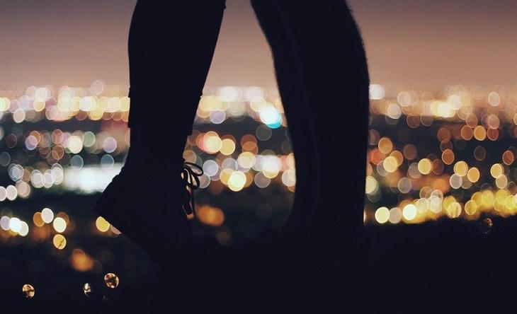 רגליים של גבר מול רגליים של אישה