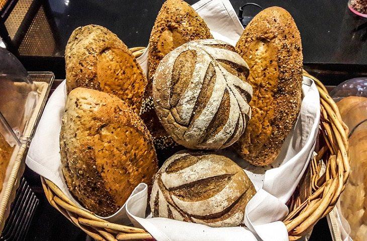 כמויות נחוצות של רכיבים תזונתיים: כיכרות לחם בתוך סלסלה