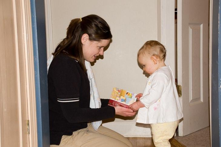 אם מעניקה ספר לתינוק קטן