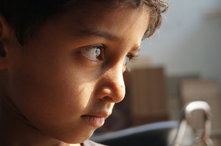 חינוך עדין לילדים: ילד עם מבט מצועף בעיניים