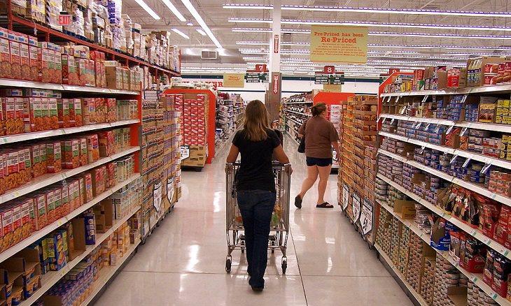 איך כמעט ובגדתי באשתי - סיפור מרגש: אישה עם עגלה בחנות