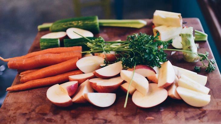 ירקות חתוכים על מגש וביניהם גזר, חסה ומלפפון