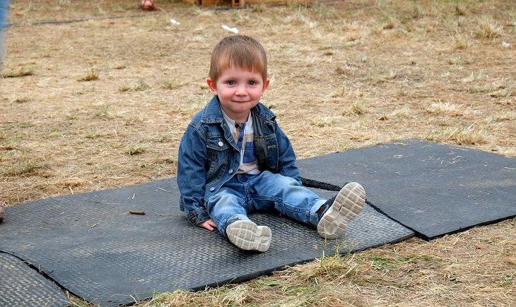 ילד יושב בחוץ