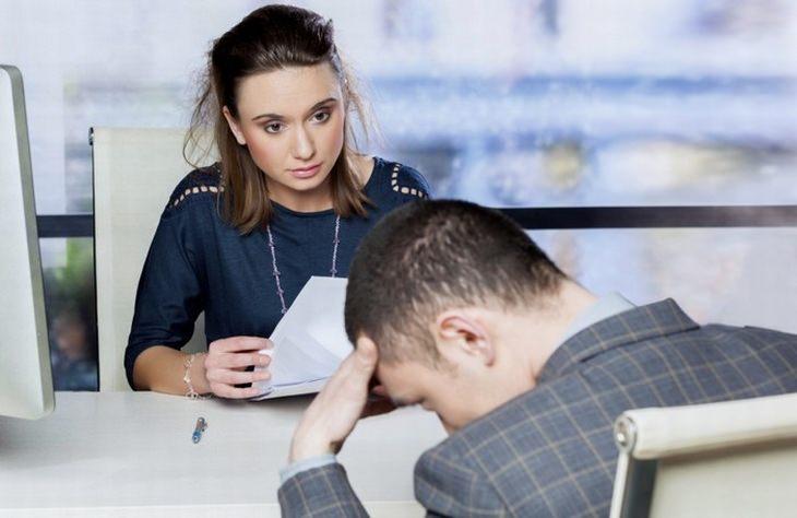 אדם בראיון עבודה עם ראש מושפל