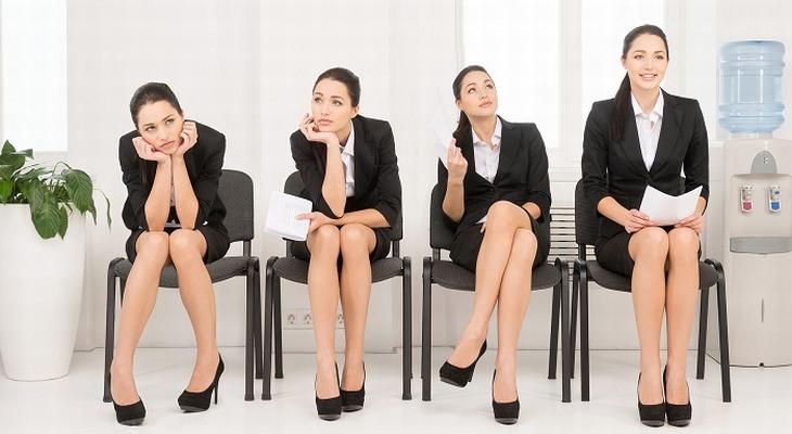 אישה יושבת על כיסא בתנוחות שונות שמביעות את מצב הרוח שלה