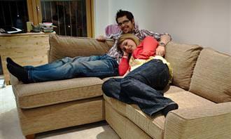 זוג שוכב על הספה בבית