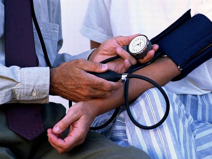 רופא בודק לחץ דם