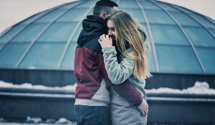 זוג מחובק בחוץ בחורף