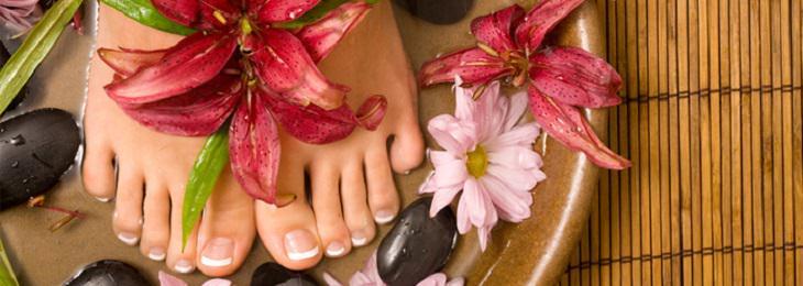 רגליים של אישה בגיגית מים