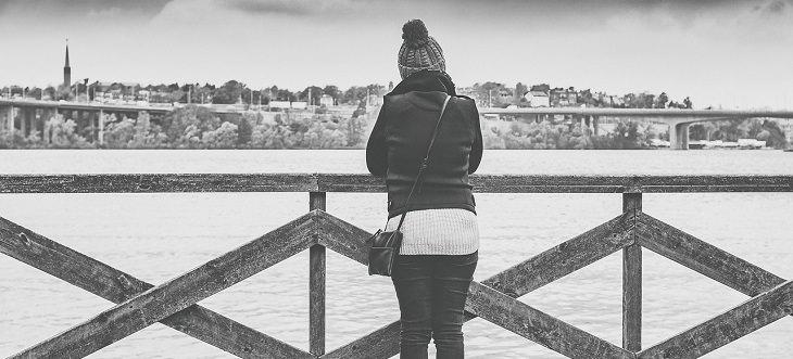 אישה מביטה אל הנהר