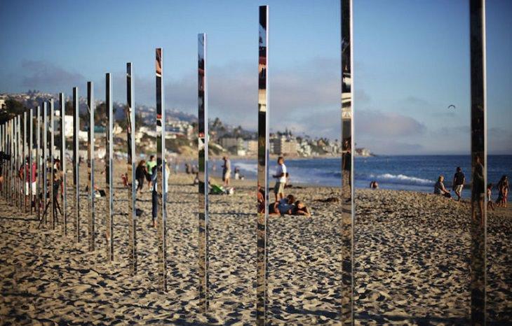 עמודי מראות מונחים על חוף ים במהלך היום