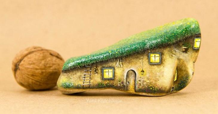 בקתה קטנה עשויה מאבן זעירה ולידה אגוז שכמעט מגיע לגודלה