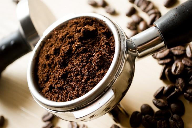 אבקת קפה בכף אספרסו