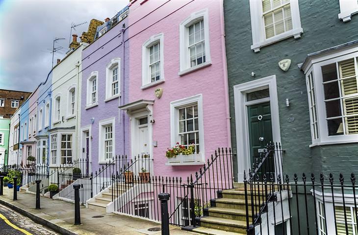בניינים בצבע וורוד, סגול, לבן וכחול