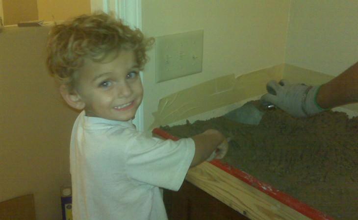 בנה הקטן של קארה ברוקינס מטייח מלט
