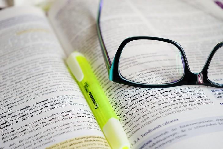 משקפיים על ספר קריאה