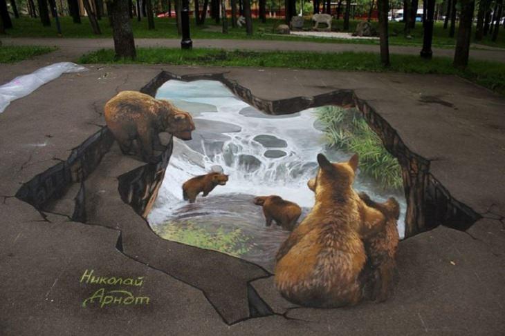 משפחת דובים ביער צופה אל עבר מפל שוצף