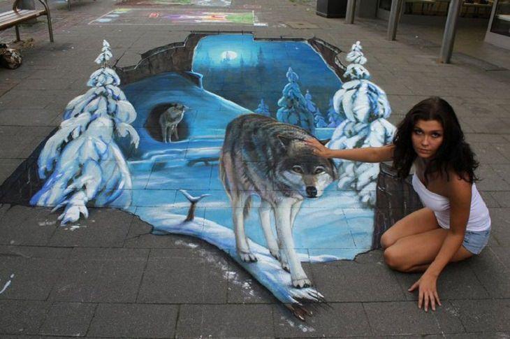אישה מלטפת זאב שיצא ממעורה בלילה מושלג ומקפיא