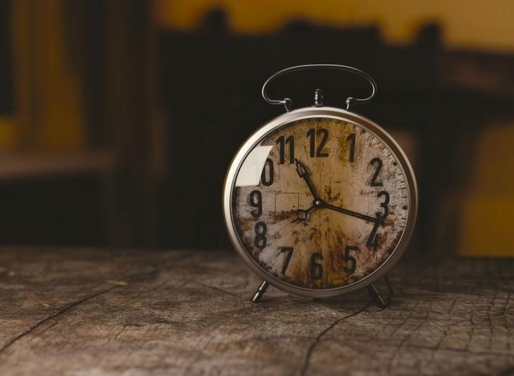 שעון עומד על משטח עץ