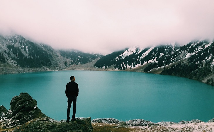 גבר מתבונן באגם