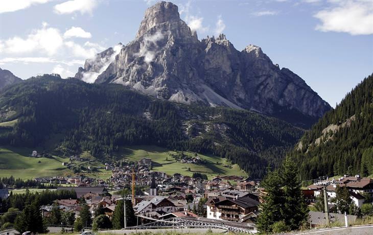 העיירה קורברה על רקע הר גבוה