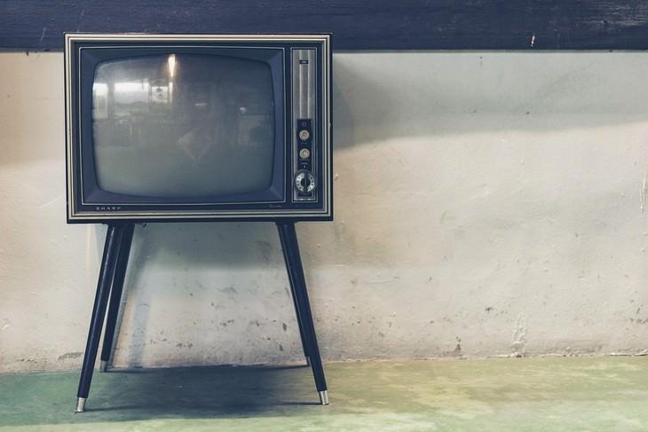 טלוויזיה ישנה עומדת מול קיר